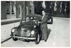 Opa de Groot met zijn Renault 4 CV